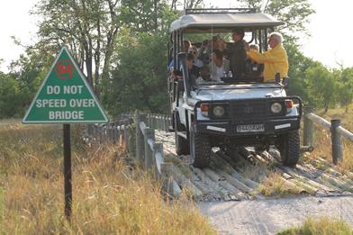 4DW Jeep som korsar en bro